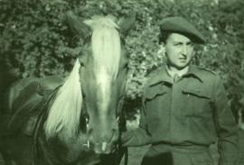 pauline-tenant-un-cheval3